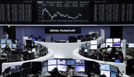 Operadores trabajando en la Bolsa de Fráncfort, Alemania. 18 de enero de 2016. Las bolsas europeas rebotaban el martes desde unos mínimos de 13 meses, y los valores ligados a la minería y la energía lideraban el avance por un repunte en los precios de los principales metales industriales y el petróleo luego del reporte de los datos de crecimiento en China. REUTERS/Staff/Remote