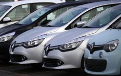 Автомобили Renault у завода Flins в Обержанвиле, Франция 17 января 2016 года.  Французский атопроизводитель Renault отзовёт более 15.000 автомобилей, чтобы внести изменения в двигатели, приведя их в соответствие со стандартами выхлопа, сказала министр энергетики Франции Сеголен Руаяль в эфире радио RTL. REUTERS/Jacky Naegelen  - RTX22R8O