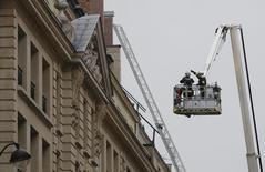 Bombeiros trabalham em combate a incêndio no hotel Ritz de Paris. 19/01/2016 REUTERS/Jacky Naegelen