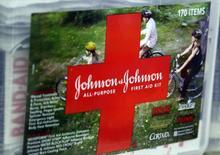 Un kit de primeros auxilios de la compañía Johnson & Johnson, a la venta en una tienda en Westminster, Colorado. 14 de abril de 2009. El conglomerado de salud Johnson & Johnson dijo que recortará en los próximos dos años unos 3.000 puestos de trabajo en su división de dispositivos médicos, o entre un 4 y un 6 por ciento de la fuerza laboral global de la unidad. REUTERS/Rick Wilking