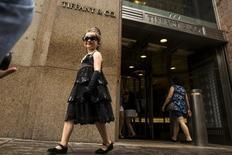 """Девочка в платье, как у Одри Хепберн в фильме """"Завтрак у Тиффани"""", у магазина Tiffany в Нью-Йорке. 15 июля 2015 года. Продажи ювелирной компании Tiffany & Co в праздничный сезон упали на 6 процентов в основном из-за укрепления доллара и сокращения расходов туристов в США. REUTERS/Lucas Jackson"""