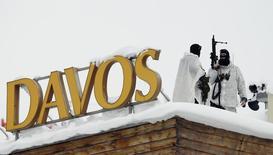Fuerzas especiales realizando una ronda de vigilancia sobre el techo del hotel donde se realizará el Foro Económico Mundial en Davos, Suiza, ene 19, 2016. La confianza de los presidentes ejecutivos en un crecimiento de las ventas en el corto plazo cayó a un nuevo mínimo de seis años, por la desaceleración de la economía china y un descenso de los precios del petróleo que ha acarreado más incertidumbre sobre las perspectivas globales.   REUTERS/Ruben Sprich