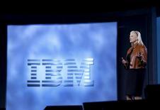 La PDG d'IBM, Ginni Rometty. Le chiffre d'affaires du groupe américain a baissé de 8,5%, son quizième recul consécutif, en raison de la vigueur du dollar et de la faiblesse des dépenses informatiques des entreprises.  /Photo prise le 6 janvier 2016/REUTERS/Steve Marcus