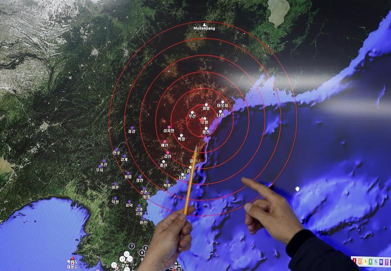 Ko Yun-hwa (L), Administrator of Korea Meteorological Administration, points at where seismic waves observed in South Korea came from, during a media briefing at Korea Meteorological Administration in Seoul, South Korea, January 6, 2016. REUTERS/Kim Hong-Ji