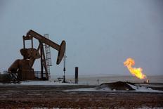 Станок-качалка в Северной Дакоте 11 марта 2013 года. Производители сланцевой нефти в США, до сих пор успешно сопротивлявшиеся снижению мировых цен, начинают беспокоиться за свое будущее после падения цен ниже $30 за баррель. REUTERS/Shannon Stapleton
