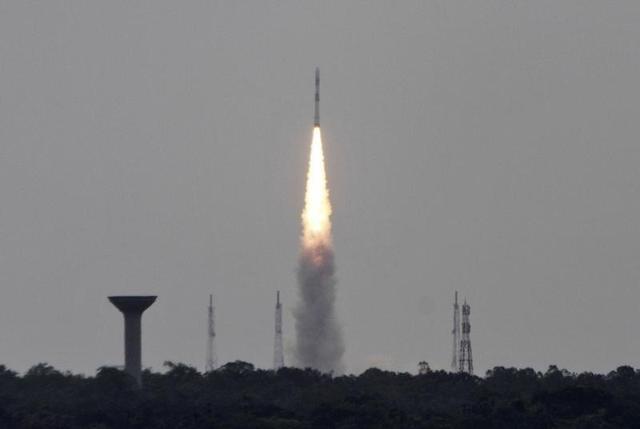 صاروخ يحمل أقمارا صناعية من مركز سريهاريكوتا الفضائي في جنوب الهند
