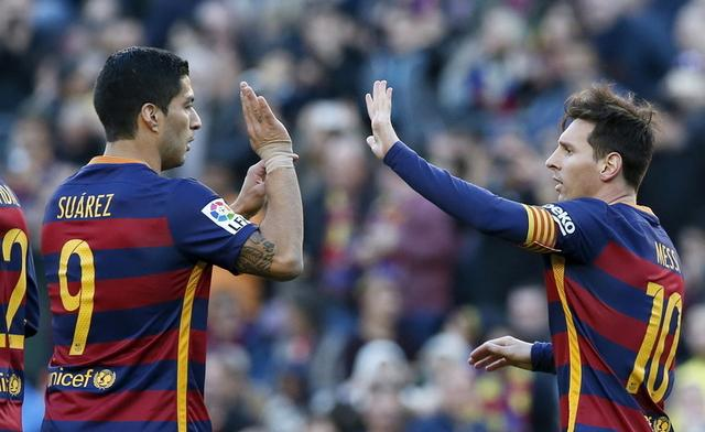 لاعبا برشلونة ليونيل ميسي )إلى اليمين( ولويس سواريز )إلى اليسار( أثناء مباراة الفريق ضد غرناطة يوم 9 يناير كانون الثاني 2016.