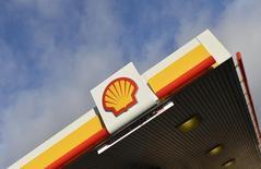 El logo de Shell en una gasolinera en Londres, 29 de enero de 2015. Royal Dutch Shell estima que sus ganancias del cuarto trimestre de 2015 casi caerán a la mitad tras una profundización de las pérdidas del petróleo, dijo la empresa el miércoles, una semana antes de que los accionistas voten en una reunión sobre su acuerdo por 47.000 millones de dólares para adquirir a BG Group. REUTERS/Toby Melville