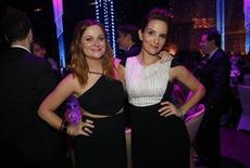 Atrizes Amy Poehler (E) e Tina Fey (D) posam para foto durante cerimônia do Emmy em Los Angeles. 20/09/2015 REUTERS/Mario Anzuoni