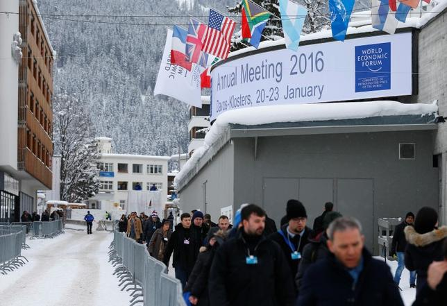 1月20日、世界経済フォーラム年次総会(ダボス会議)が開幕。出席者の間では、世界的な市場急落が議論の中心となっている。ただ、これまでのところ金融危機の前兆ではないとの見方が多い。写真は会議に向かう出席者たち(2016年 ロイター/Ruben Sprich)