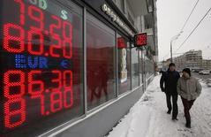 Табло у пункта обмена валюты в Москве. 20 января 2015 года. Рубль дешевеет в четверг на фоне низкого уровня нефтяных цен, обновив исторический минимум в паре с долларом. REUTERS/Sergei Karpukhin