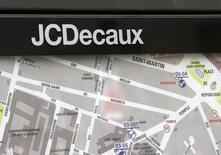JCDecaux s'octroie 4,65% vers 12h40, jeudi, au lendemain de l'annonce par le spécialiste de la communication extérieure de la signature d'un contrat avec Verizon Wireless aux Etats-Unis. Au même moment, le CAC 40 gagne 0,57% à 4.148,29 points. /Photo d'archives/REUTERS/Jacky Naegelen
