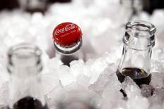 Botellas de Coca Cola fotografíadas durante una presentación en París, Francia, 19 de enero de 2016. Coca-Cola Co invertirá 1.000 millones de dólares en Argentina en los próximos cuatro años en sus operaciones de embotellamiento y distribución, dijo un comunicado de presidencia el jueves. REUTERS/Benoit Tessier