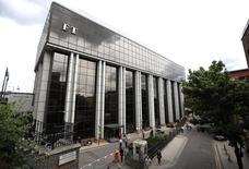 La sede del diario económico británico Financial Times vendido el año pasado por Pearson en Londres el 23 de julio de 2015. La compañía editorial y educativa británica Pearson dijo que planea recortar el 10 por ciento de su fuerza laboral y hacer una nueva reestructuración, después de pronosticar que obtendrá unas débiles ganancias en 2015 y 2016. REUTERS/Peter Nicholls