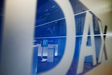 Les Bourses européennes accélèrent leur hausse jeudi après-midi après le début de la conférence de presse du président de la Banque centrale européenne qui fait suite au maintien par la BCE de ses taux directeurs. A 14h37, le CAC 40 gagne 2,53% à 4.229,44 points, Londres progresse de 1,62%, Francfort de 2,59% et Milan de 4,04%. /Photo prise le 21 janvier 2016/REUTERS/Kai Pfaffenbach
