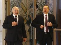 Президент Белоруссии Александр Лукашенко (слева) и его коллега из Азербайджана Ильгам Алиев в Минске 28 ноября 2015 года. Алиев в четверг впервые прокомментировал уличные выступления протеста против падения национальной валюты вслед за нефтью, сообщив, что они были относительно немногочисленными и завершились. REUTERS/Vasily Fedosenko