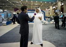 El presidente de la petrolera estatal Saudi Aramco, Khalid al-Falih habla con un periodista durante una conferencia de petroquímicos, en el Centro de Exhibición Internacional Bahrain, en Manama. 19 de mayo de 2014. Arabia Saudita sigue estando dispuesta a trabajar con otros productores de petróleo para equilibrar el mercado de crudo, dijo el jueves el presidente de la petrolera estatal Aramco. REUTERS/Hamad I Mohammed