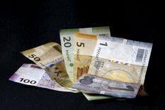 Купюры валюты манат в Тбилиси 18 января 2016 года. Некоторые отделения банков Баку в четверг ввели ограничения на объём иностранной валюты, продаваемой клиентам, которые выстроились в очередь, чтобы конвертировать подешевевший манат.  REUTERS/David Mdzinarishvili