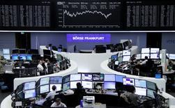 Operadores trabajando en la Bolsa de Fráncfort, Alemania, 19 de enero de 2016. Las acciones europeas recuperaron el jueves parte del terreno perdido en la sesión previa, gracias a que la sugerencia de más estímulos por parte del Banco Central Europeo ayudó a tranquilizar a los inversores tras un turbulento comienzo de año. REUTERS/Staff/Remote