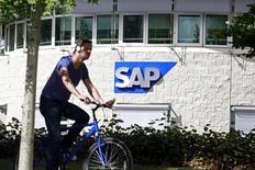 """SAP a relevé vendredi ses objectifs de 2017 de chiffre d'affaires et de bénéfice, ce qui semble attester du bien fondé de sa transformation en cours en un prestataire de services informatiques dématérialisés, dits """"cloud"""". Le leader européen des logiciels anticipe un chiffre d'affaires de 2017 de 23 à 23,5 milliards d'euros. /Photo d'archives/REUTERS/Cathal McNaughton"""