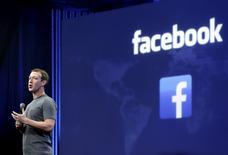 Le PDG et fondateur de Facebook, Mark Zuckerberg. Le groupe lance un nouveau service baptisé Facebook Sports Stadium qui agrège en temps réel le suivi des matches, des messages postés par les fans, des statistiques et des commentaires d'experts. Le service ne couvre pour l'instant que les matches de football américain. /Photo d'archives/REUTERS/Robert Galbraith