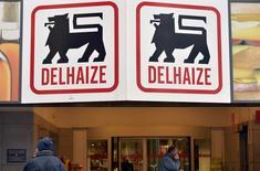 Les ventes de Delhaize ont enregistré une hausse supérieure aux attentes en Belgique au quatrième trimestre, la période comparable de 2014 ayant été marquée par une grève. La chaîne de supermarchés belge, en voie de rachat par son homologue néerlandaise Ahold, a fait état d'une hausse des ventes de 5,1% à périmètre comparable. /Photo d'archives/REUTERS/Eric Vidal