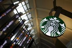 Кофейня Starbucks в аэропорту Лос-Анджелеса. 27 октября 2015 года. Прогноз прибыли за текущий квартал Starbucks Corp, не оправдавший ожидания Уолл-стрит, а также отчет компании о более слабом, чем многие ожидали, росте в Азии привели к падению ее акций почти на 4 процента на расширенных торгах несмотря на сильные результаты праздничного сезона. REUTERS/Lucy Nicholson