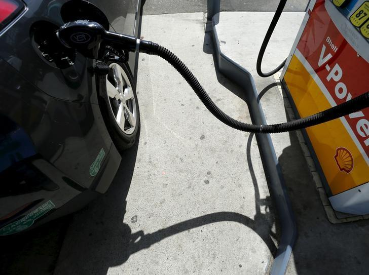 A car is filled with gasoline at a gas station pump in Carlsbad, California August 4, 2015.   REUTERS/Mike Blake