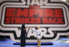 Bonecos dos personagens Darth Vader (E) e Luke Skywalker (D) da saga Star Wars  em um leilão de brinquedos dos filmes na casa de leilões Vectis, em Stockton-on-Tees, Grã-Bretanha. 23 de novembro de 2015. REUTERS/Phil Noble