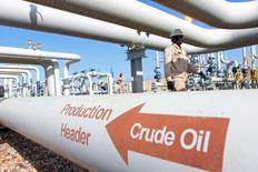 Les cours du pétrole ont gagné jusqu'à 10% vendredi sur le marché new-yorkais Nymex, l'une des plus fortes hausses jamais enregistrées, l'arrivée d'une vague de froid aux Etats-Unis, qui dope la demande de produits raffinés, ayant obligé certains investisseurs à solder dans l'urgence des positions à découvert. Le contrat mars sur le brut léger américain (West Texas Intermediate, WTI) a gagné 9,01%, à 32,19 dollars le baril. Le Brent, lui, a pris 10% à 32,18 dollars. /Photo prise le 21 janvier 2016/REUTERS/Essam Al-Sudani