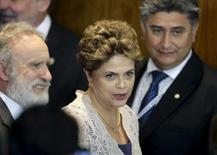 La presidenta de Brasil, Dilma Rousseff, dijo el viernes que su Gobierno podría considerar recurrir a las grandes reservas internacionales del país en un momento dado, una idea que molesta a inversores que ya están preocupados por los problemas económicos del país. En la imagen, Rousseff durante una reunión de Mercosur, en Paraguay, el 21 de diciembre de 2015. REUTERS/Jorge Adorno