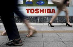 Toshiba compte vendre une partie de son pôle semiconducteurs pour se remettre à flot après un scandale comptable représentant l'équivalent de 1,2 milliard d'euros, /Photo prise le 14 septembre 2015/REUTERS/Toru Hanai