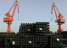 """La Chine va réduire de 100 à 150 millions de tonnes ses capacités de production d'acier brut et aussi celles des mines de charbon """"dans une large mesure"""" face à un marché saturé. /Photo prise le 1er décembre 2015/ REUTERS/China Daily"""