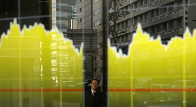 1月25日、東京株式市場で日経平均は続伸。一時、前日比250円高に迫り、取引時間中で1月15日以来6営業日ぶりに1万7200円台を回復した。写真は都内の株価ボード。昨年2月撮影 (2016年 REUTERS/Toru Hanai )
