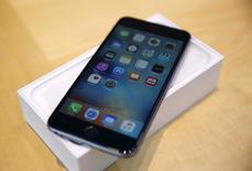 iPhone 6S Plus в магазине Apple в Пало-Альто 25 сентября 2015 года. Несколько ключевых поставщиков Apple в Азии ожидают снижения выручки и заказов в текущем квартале, и это фактически означает, что годовые продажи iPhone продемонстрируют первое падение с момента запуска флагманского смартфона практически десять лет назад.  REUTERS/Robert Galbraith