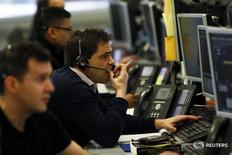 Брокеры в торговом зале IG Index в Лондоне 14 января 2016 года. Европейские фондовые рынки снизились в понедельник на фоне падения бумаг крупнейших нефтегазовых компаний после того, как ралли цен на нефть сошло на нет.REUTERS/Stefan Wermuth