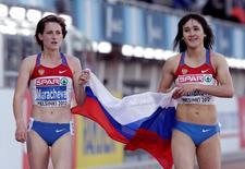 Yelena Arzhakova (R) of Russia celebrates with compatriot Irina Maracheva after winning at the women's 800 metres final at the European Athletics Championships in Helsinki June 29, 2012.  REUTERS/Tobias Schwarz