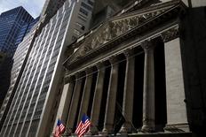 La Bourse de New York a débuté dans le rouge lundi, plombée par la rechute des cours du pétrole en réaction à l'annonce d'une production record en Irak, qui risque d'accentuer le déséquilibre entre l'offre et la demande. Quelques minutes après le début des échanges, l'indice Dow Jones perd 0,4%, le Standard & Poor's 500 recule de 0,45% et le Nasdaq Composite cède 0,37%. /Photo prise le 20 janvier 2016/REUTERS/Mike Segar
