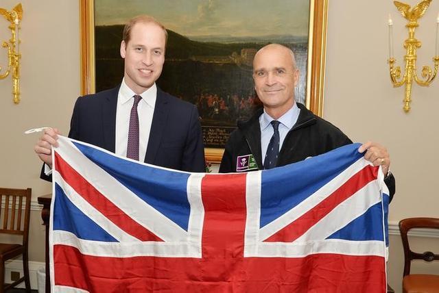 المغامر البريطاني الراحل هنري ورسلي )إلى اليمين( يحمل علم بريطانيا مع الأمير وليام في لندن يوم 19 اكتوبر تشرين الأول 2015. 
