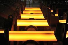 Una barra de hierro al rojo vivo en una acería en Concepción, Chile, dic 9, 2014. La producción manufacturera en Chile se habría contraído un 1,8 por ciento interanual en diciembre, completando el sector un año marcado por una débil demanda interna y un complejo escenario internacional, reveló el lunes un sondeo de Reuters.  REUTERS/Jose Luis Saavedra