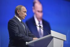 Владимир Путин на встрече ОНФ в Ставрополе. 25 января 2016 года. Президент Владимир Путин пообещал расходовать резервные фонды для выполнения социальных обязательств в условиях спада российской экономики, но призвал это делать аккуратно. REUTERS/Alexei Druzhinin/Sputnik/Kremlin