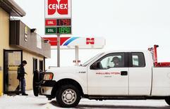 Empleados de Halliburton realizando compras en una gasolinera en Manning, EEUU, ene 21, 2016. Los precios del petróleo volvieron a caer con fuerza el lunes, retrocediendo más de un 5 por ciento y borrando buena parte de las ganancias de la semana pasada, luego que Irak anunció una producción récord de crudo en diciembre que ingresó a un mercado ya sobreabastecido. REUTERS/Andrew Cullen