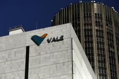 El logo de Vale en la sede de la compañía en el centro de Río de Janeiro. 20 de agosto de 2014. La agencia Moody's Investors anunció el jueves que colocó la calificación de la brasileña Vale y otras mineras en América Latina y sus subsidiarias calificadas en revisión para posible rebaja. REUTERS/Pilar Olivares
