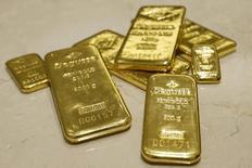 Слитки золота в хранилище отделения трейдера Degussa в Цюрихе 19 апреля 2013 года. Цены на золото поднялись до максимального уровня с ноября, так как инвесторы вновь заинтересовались низкорискованными активами на фоне спада на рынках акций и нефти. REUTERS/Arnd Wiegmann