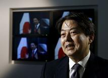 El ministro de Economía de Japón, Akira Amari, durante una entrevista con Reuters en Tokio, Japón, 26 de enero de 2016. El ministro de Economía de Japón, Akira Amari, dijo el martes que el Banco de Japón no ofrecería señales anticipadas sobre si planea flexibilizar su política monetaria, al ser consultado sobre la posibilidad de que adopte una medida de ese tipo esta semana. REUTERS/Yuya Shino