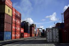 Estados Unidos dijo el martes que relajará aún más las restricciones a su régimen de sanciones sobre Cuba, incluyendo algunas vinculadas a las exportaciones y los viajes aéreos autorizados. En la imagen, varios contenedores industriales en el aeropuerto de Mariel, situado en la provincia de Artemisa, en Cuba, el 5 de enero de 2016. REUTERS/Enrique de la Osa