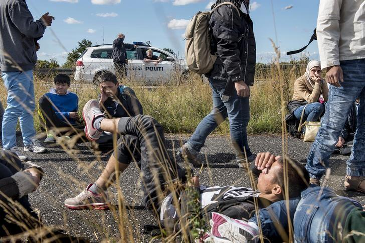 A large group of migrants, mainly from Syria, walk on a highway towards the north September 7, 2015.   REUTERS/Bax Lindhardt/Scanpix