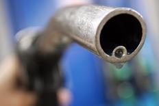 Un motorista sostiene un surtidor de combustible, en una gasolinera en Londres. 18 de abril de 2006. Goldman Sachs redujo el martes su pronóstico de precios para el crudo Brent por expectativas de que el mercado esté entrando en una fase en que los precios bajos provocarán ajustes fundamentales, impulsados por factores que incluyen el declive de la producción fuera de la OPEP. REUTERS/Luke MacGregor