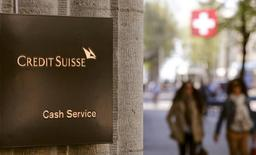 Una sucursal del banco Credit Suisse en Zúrich, abr 21, 2015. Credit Suisse recortó el martes su pronóstico del precio del petróleo en más de 10 dólares por barril para 2016 y 2017 citando altos inventarios y la desaceleración del crecimiento de la demanda.   REUTERS/Arnd Wiegmann