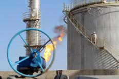 Un trabajador subre las escaleras en el campo de petróleo Halfaya, en Amara, al sureste de Bagdad, 21 de enero de 2016. El mercado petrolero se ha vuelto más complicado y es difícil decir si los precios del crudo ya tocaron fondo, dijo el martes el ministro de Petróleo de Irak, Adel Abdel Mahdi. REUTERS/Essam Al-Sudani